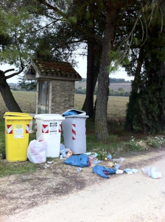 Cassonetti del riciclabile stracolmi