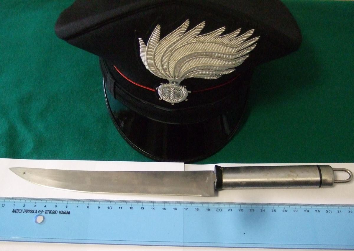 Cerca di colpire i carabinieri con un coltello. Arrestato un marocchino 56 enne