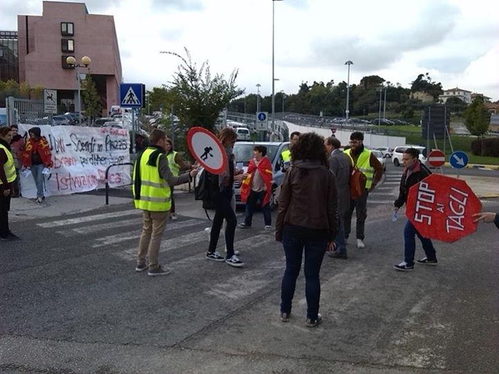 Flash Mob di fronte alle sedi della Politecnica